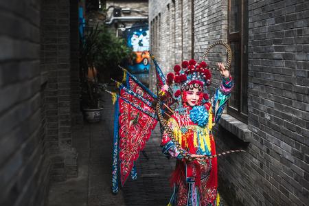 Photo pour Sichuan opera actress in traditional costume - image libre de droit