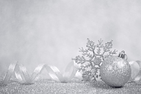 Photo pour Silver christmas balls and snowflakes on shining glitter background with copy space - image libre de droit