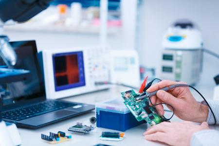 Photo pour Using the microscope electronics laboratory - image libre de droit