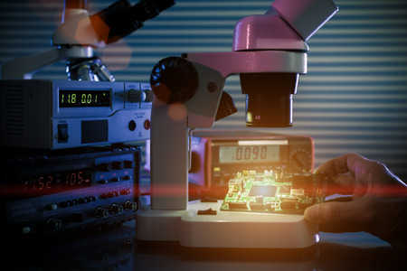 Photo pour control microelectronic device in a laboratory microscope - image libre de droit