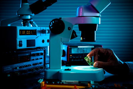 Foto de control microelectronic device in a laboratory microscope - Imagen libre de derechos