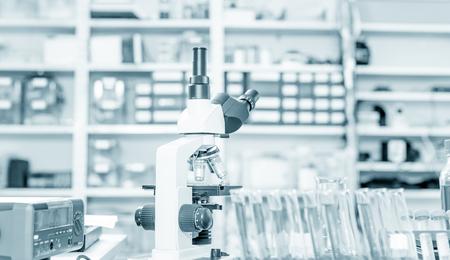 Foto de Laboratory microscope lens.modern microscopes in a lab. - Imagen libre de derechos