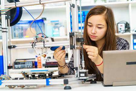 Foto de girl in robotics class research electronic device - Imagen libre de derechos
