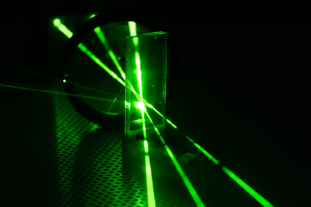 Foto per Experiment in photonic laboratory with laser - Immagine Royalty Free