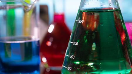Foto de flasks and test tubes in a chemistry laboratory - Imagen libre de derechos