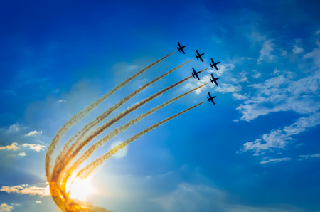 Photo pour Airplanes on airshow. Aerobatic team performs flight - image libre de droit