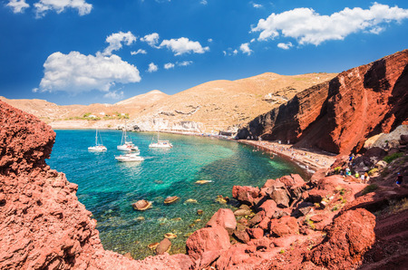Foto de Red beach. Santorini, Cycladic Islands, Greece. Beautiful summer landscape with one of the most famous beaches in the world. - Imagen libre de derechos