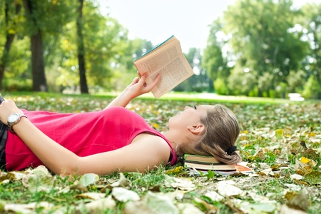 Photo pour young woman relaxing and reading book - image libre de droit
