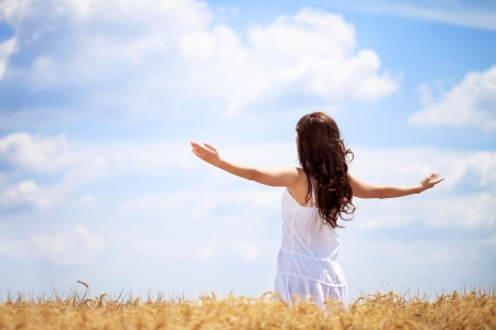 Foto de Woman in wheat field enjoying, freedom concept  - Imagen libre de derechos