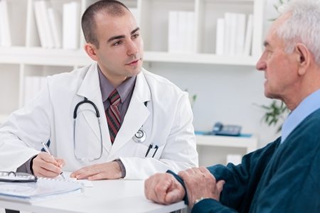 Foto de doctor explaining diagnosis to his male patient. - Imagen libre de derechos