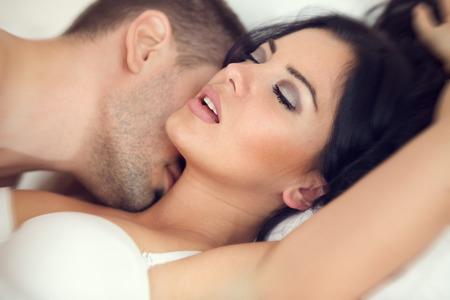 Photo pour amorous couple making love in bed - image libre de droit