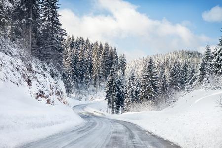 Photo pour Empty snow covered road - image libre de droit
