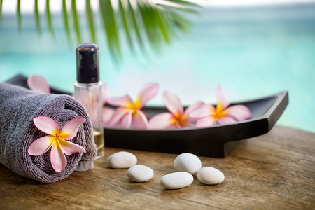 Foto per Balinese spa setting, pink frangipani with aromatherapy oil - Immagine Royalty Free
