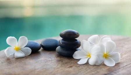 Photo pour White frangipani with black stones, spa settings - image libre de droit