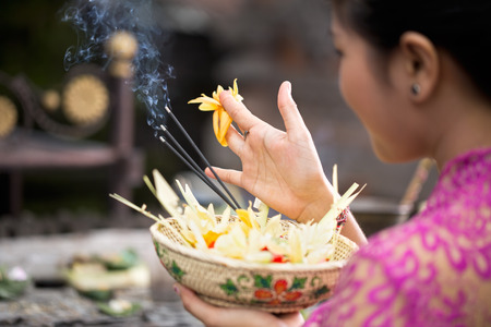 Photo pour traditional offering for gods with aroma sticks - image libre de droit