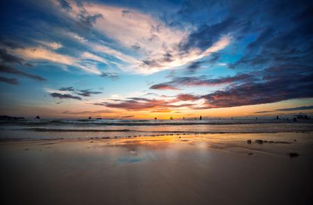 Photo pour Beautiful sunset at tropical beach, Philippines - image libre de droit