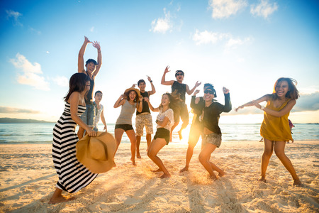 Photo pour Happy young people on beach - image libre de droit