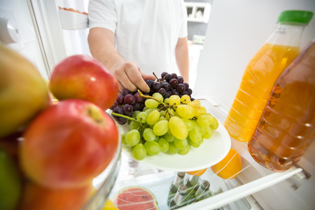 Foto per Grapes and apples in refrigerator ideal for diet - Immagine Royalty Free