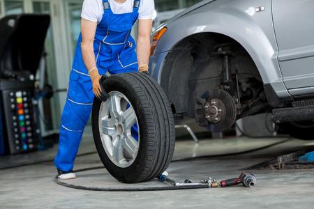 Photo pour disc brake on car in process of new tire replacement - image libre de droit