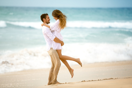Photo pour Couple in love on beach, romantic vacation - image libre de droit