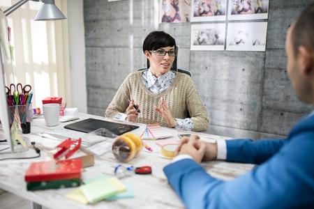 Foto de designer speaking with client in office - Imagen libre de derechos