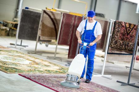 Photo pour Worker cleaning vacuum cleaner  carpets - image libre de droit
