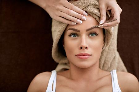 Foto per Beautiful woman receiving professional eyebrow shaping - Immagine Royalty Free