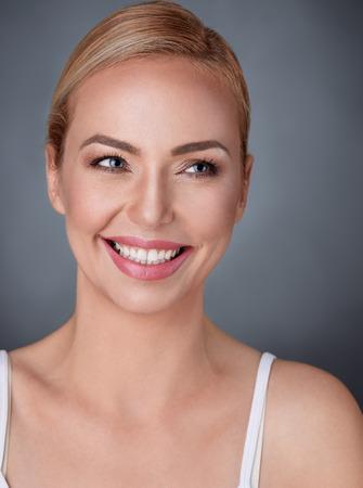 Photo pour Beautiful woman with gorgeous smile - image libre de droit