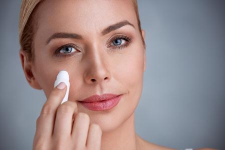 Foto de woman remove dark circles under eyes - Imagen libre de derechos