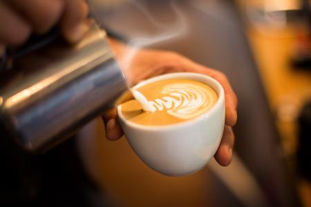 Photo pour Making of cafe latte art leaf shape - image libre de droit