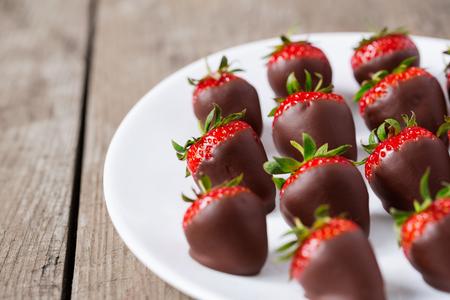 Foto de strawberries dipped in chocolate sauce on plate - Imagen libre de derechos