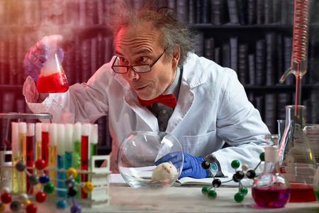 Foto de crazy scientist the making mix of chemicals to experiment on mouse - Imagen libre de derechos