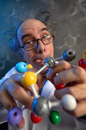 Foto de Crazy scientist building molecular atom model - Imagen libre de derechos