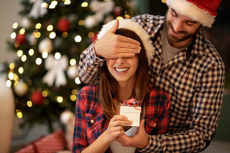 Photo pour Christmas couple with present - image libre de droit
