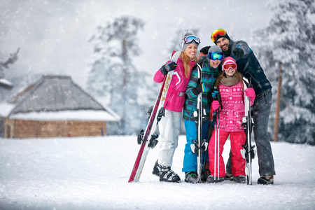 Photo pour Family, ski, sun and fun on vacation in snow mountains - image libre de droit