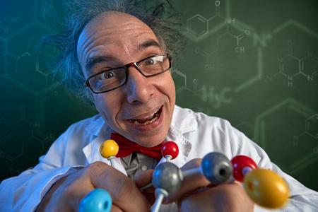 Foto de Scientist with wacky smile holding  molecular structure model - Imagen libre de derechos