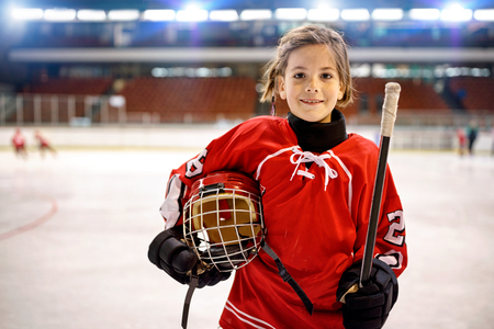 Photo pour Youth girl hockey players in ice - image libre de droit