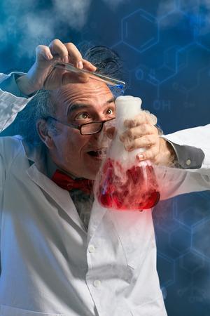 Foto de Chemist adds the final touch experiment, drop most essential components - Imagen libre de derechos