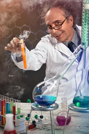 Foto de Crazy scientist at laboratory performs an experiment - Imagen libre de derechos