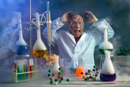 Foto de Scientist pulling his hair for because of a failed experiment - Imagen libre de derechos