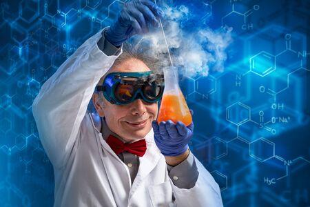Foto de Wacky professor with a sample which is just about to explode over chemistry - Imagen libre de derechos