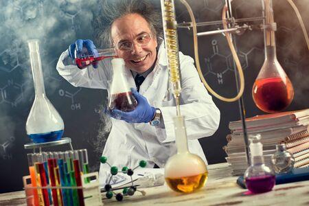 Foto de Chemistry experiment performed by a crazy scientist - Imagen libre de derechos