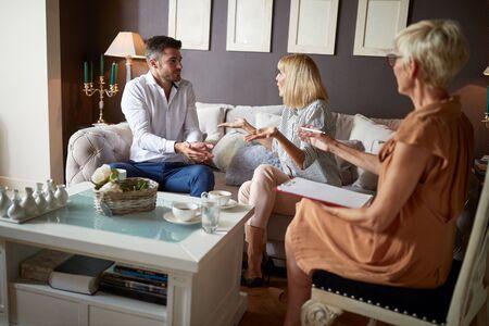 Foto de Verbal discussion at psychologist between wife and husband - Imagen libre de derechos