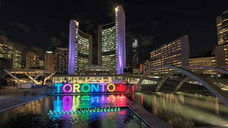 Foto de Toronto City Hall and Toronto Sign in downtown at night, in Toronto, Ontario, Canada - Imagen libre de derechos