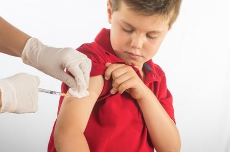 Foto de a doctor vaccinating a child - Imagen libre de derechos
