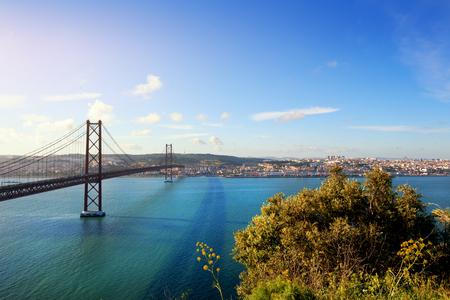 Foto de 25 de Abril bridge in Lisbon Portugal at sunset - Imagen libre de derechos