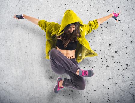 Foto de Teenager girl dancing hip hop - Imagen libre de derechos