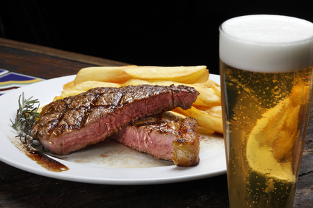Photo pour Picanha Steak with fries and beer - image libre de droit