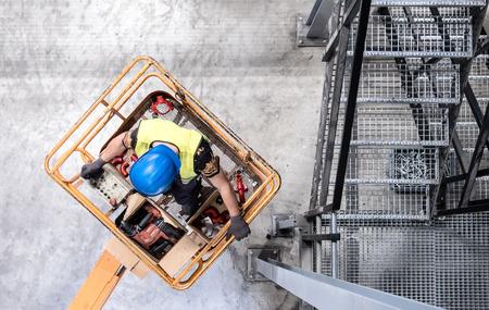 Foto de Aerial of a worker on a cherry picker - Imagen libre de derechos