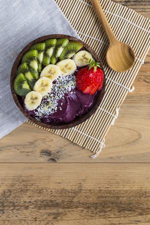 Photo pour Acai bowl with napkin and spoon - image libre de droit